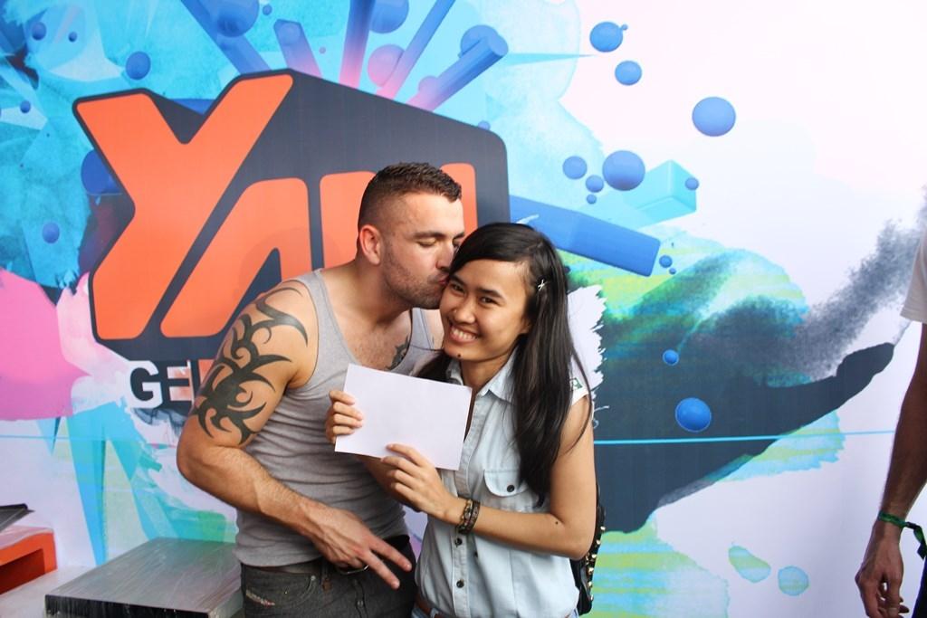 [YAN Beatfest] - Fan phấn khích khi được Shayne Ward hôn và ôm chầm