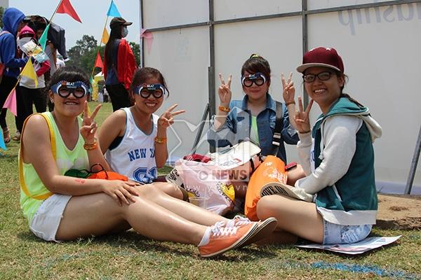 Trời về trưa, các bạn trẻ tìm nơi để nghỉ ngơi, chuẩn bị cho một buổi chiều lễ hội cực kỳ sôi động.