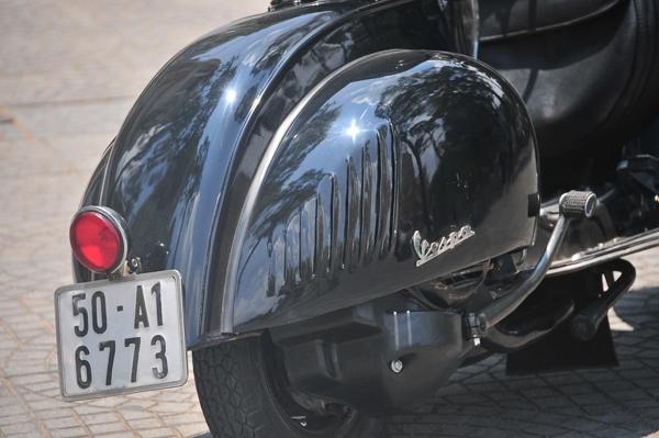 """Ốp xe với logo Vespa, các khe thoát gió """"đuôi cá"""" như trong nguyên bản thiết kế; ốp máy màu đen tăng sự """"cứng cáp"""" của xe khi nhìn từ đằng sau."""