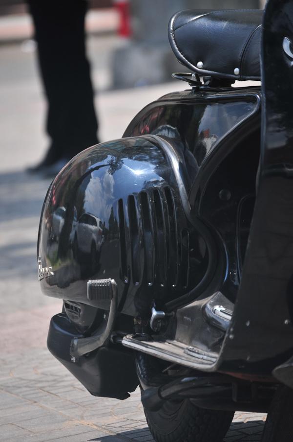 Ốp trái xe với 5 khe hút gió làm mát động cơ như nguyên bản thiết kế Vespa 98 - 1946