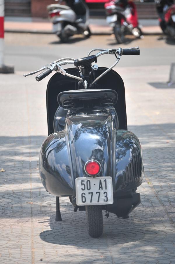 Vespa 98 – bản phục chế tại Sài Gòn nhìn từ phía sau