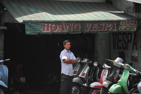 Hoàng Vespa trước cửa tiệm nhỏ nhưng tràn đầy niềm đam mê và tình yêu dạt dào cho dòng xe Vespa cổ