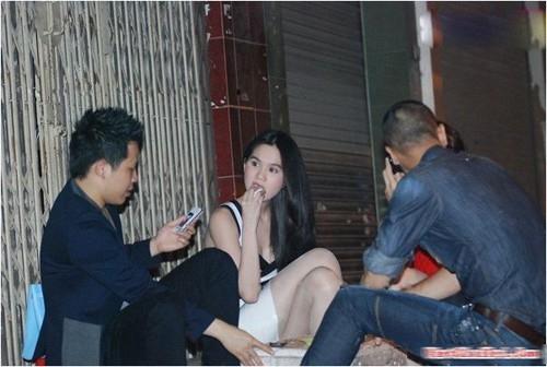 Đôi khi người đẹp đi một mình nhưng thỉnh thoảng, cô cũng ngồi uống trà chanh và tám chuyện cùng ông bầu Khắc Tiệp và bạn bè.