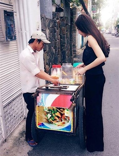 Thủy Tiên thỉnh thoảng cũng ghé qua một vài quán cóc, xe đẩy bán đồ ăn ven đường để thưởng thức những món ngon từng gắn liền với thời thơ ấu của mình.