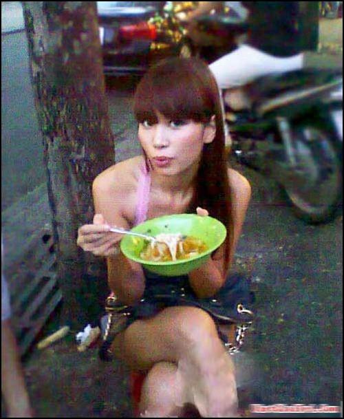 Siêu mẫu Hà Anh bình dị thưởng thức tô bánh canh giữa lòng Sài Gòn tấp nập.
