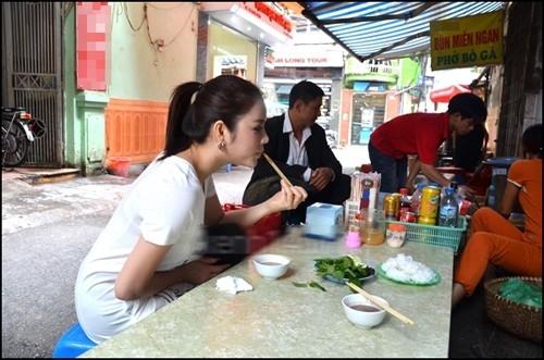 Cựu Đại sứ du lịch Việt Nam Lý Nhã Kỳ cũng là fan của những quán ăn vỉa hè. Mỗi lần ra Hà Nội, cô thường ghé quán quen để ăn bún đậu. Dù ăn vận sang trọng, quyến rũ nhưng người đẹp không ngại ngồi ở ven đường và thưởng thức món ăn yêu thích.