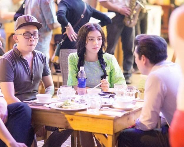 Khi ở Sài Gòn, đôi khi cô cũng cùng cả ê-kíp hỗ trợ chọn một quán vỉa hè để dùng bữa và tranh thủ bàn bạc công việc.