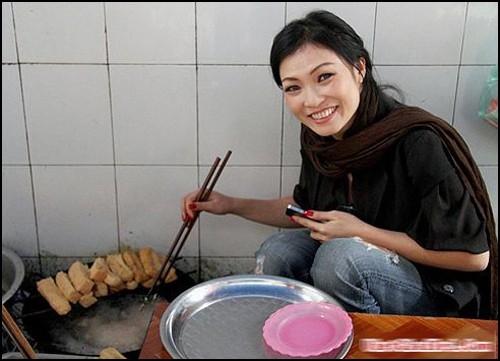 Không chỉ thích ăn bún đậu mắm tôm, Phương Thanh còn sẵn sàng hỗ trợ cô bán hàng quen thuộc chiên đồ khi đông khách.