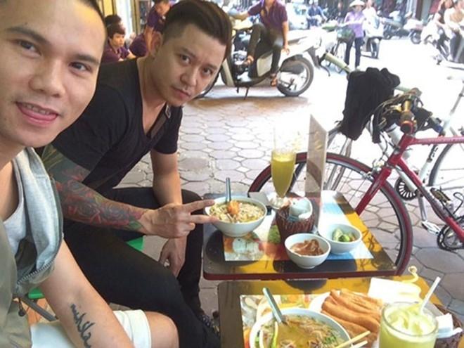Tuấn Hưng và người bạn thân Anh Tú tranh thủ chụp hình trước khi thưởng thức tô bún ngon lành.