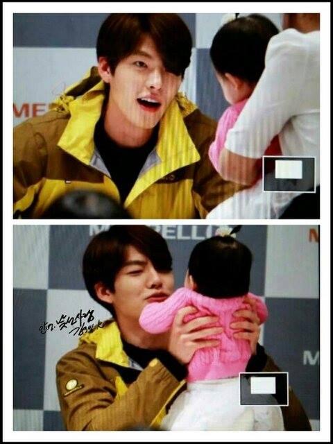 Những hình ảnh đáng yêu của Kim Woo Bin bên các em bé trong buổi ký tặng