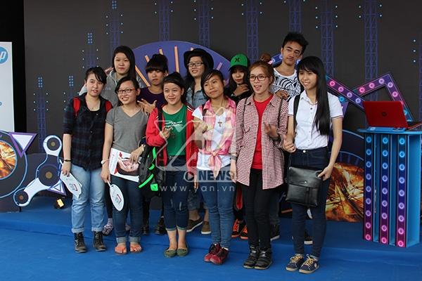 Các bạn trẻ chụp hình lưu niệm tại các quầy của YAN Beatfest