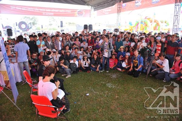 Các fan rất háo hức khi được dự một chương trình Sao A-Z được ghi hình trực tiếp với khách mời là Gil Lê