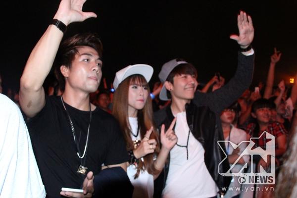 Cả 3 hòa mình vào đám đông gần 50 ngàn người tại YAN Beatfest để cổ vũ cho thần tượng. - Tin sao Viet - Tin tuc sao Viet - Scandal sao Viet - Tin tuc cua Sao - Tin cua Sao