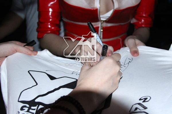 Các nghệ sĩ tranh thủ ký tặng áo cho khán giả. - Tin sao Viet - Tin tuc sao Viet - Scandal sao Viet - Tin tuc cua Sao - Tin cua Sao