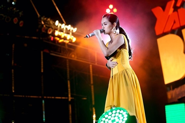 Phạm Quỳnh Anh khoe hình ảnh mà cô đang biểu diễn tại chương trình lễ hội âm nhạc dã ngoại YAN Beatfest. Bà mẹ một con vẫn khiến cho khán giả cháy hết mình trong tiết mục của cô.
