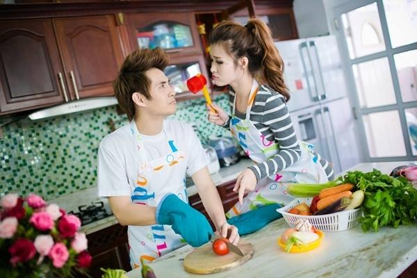 """Là một cặp đôi đẹp nhất nhì V-pop, Đông Nhi và Ông Cao Thắng luôn có cho mình những khoảng khắc đáng yêu và vô cùng đặc biệt: """"bé Thắng nấu đồ nhanh lên ... Nhi đói rồi ^o^ ... nhanh nhanh không đánh đòn bây giờ ... hihihihi."""""""