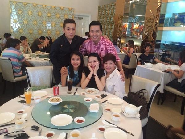 """Vợ chồng Tuấn Hưng đã có một bữa ăn cùng với Lam Trường và cô vợ sắp cưới: """"2 anh em chọn ngày lành tháng tốt gặp nhau . Nhân tiện đưa 2 cô dâu gặp Má Liên coi mắt nè"""""""