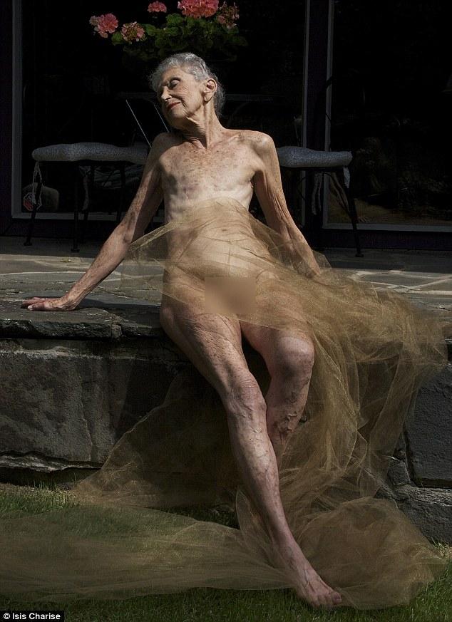 Mang trên người những vết sẹo do phẫu thuật, người phụ nữ này vẫn thể hiện được vẻ đẹp và sự mạnh mẽ qua dáng vẻ của một vị thần