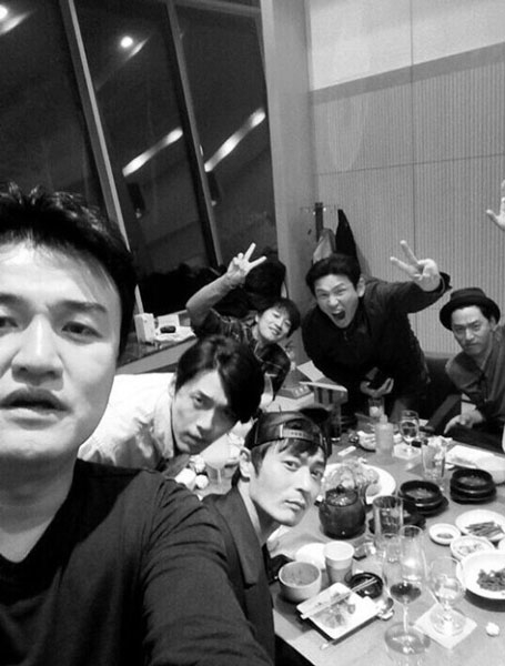 Ju Jin Mo, Hwang Jung Min,Jang Dong Gun, Hyun Bin và Cha Tae Hyun khoe hình họp mặt bạn bè