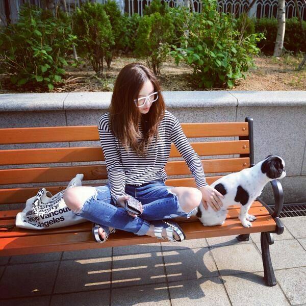 """Hyomin đăng tải hình chụp cùng chú cún ngồi ngoài công viên với nội dung: """"Một buổi chiều chủ nhật nhẹ nhàng"""""""