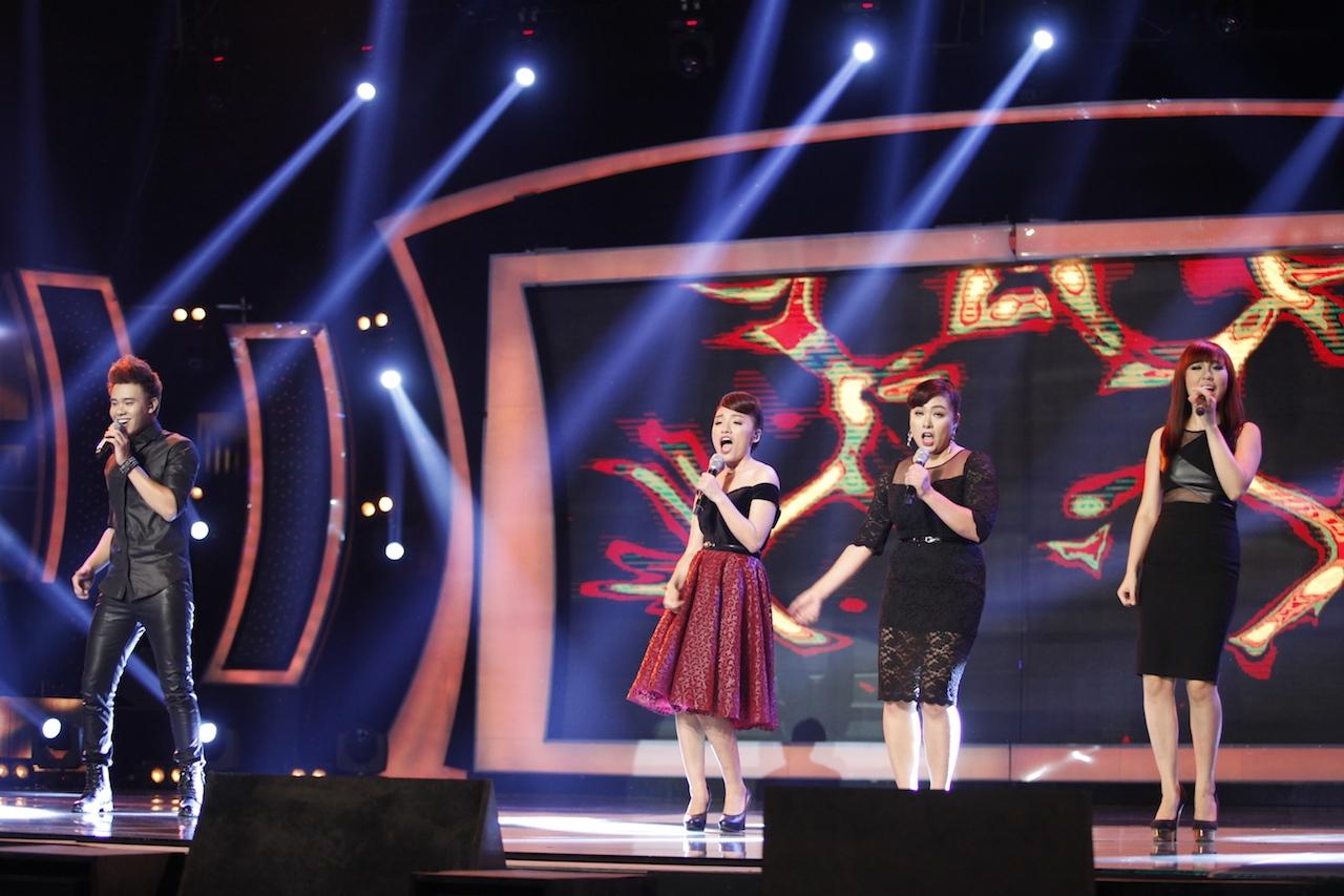 Trước đó, Top 4 đã mở màn chương trình đầy sôi động với ca khúc Bao lời yêu