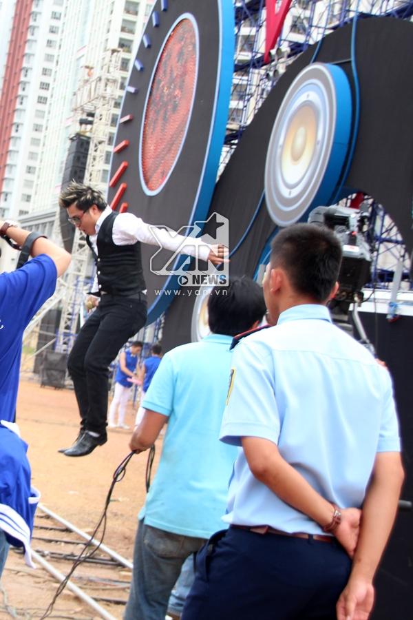 Nhóm MTV nhảy từ sân khấu xuống để đến gần với khán giả hơn khiến cho buổi trưa nắng nóng trở nên náo nhiệt hơn bao giờ hết
