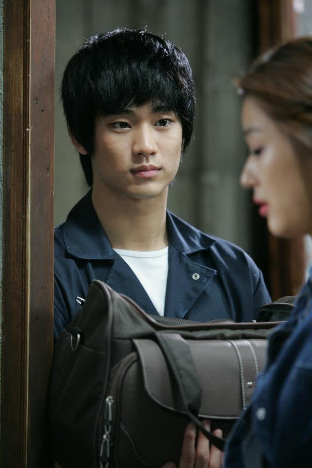 Kim Soo Hyun trong tác phẩm điện ảnh The Thieves (2012) hợp tác cùng Jun Ji Hyun