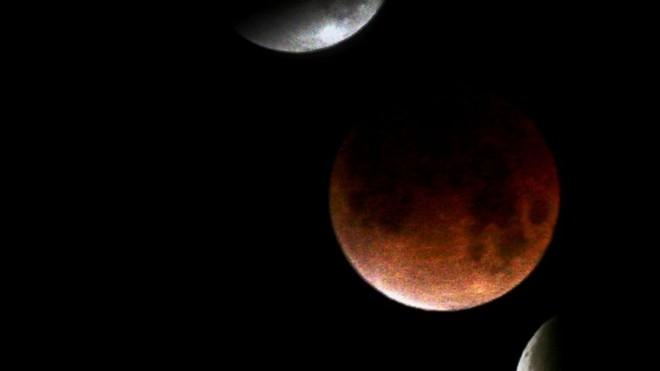 """""""Mặt trăng máu"""" ngày 15/4 là một trong những lần hiếm hoi loài người chứng kiến hiện tượng độc đáo này. Nó là sự kiện mở đầu cho bộ tứ nguyệt thực, diễn ra liên tục trong 18 tháng. Những sự kiện tương tự xảy ra trong khoảng 300 năm giữa 1600 và 1900 nhưng không tài liệu nào mô tả về nó. Ảnh: ABC news."""