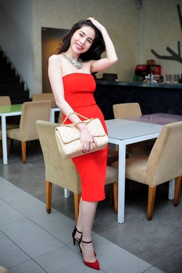 Thuỷ Tiên khoe dáng nuột nà trong buổi họp báo ra mắt album Vol.7. Bà mẹ một con khiến cho bao người ghen tị với vẻ đẹp của mình.