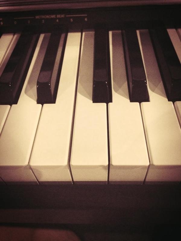 """Trịnh Thăng Bình trải lòng mình với những phím đàn. Là một người nghệ sĩ, hạnh phúc của anh là được sống trong âm nhạc: """"Với tiếng dương cầm về đêm...Những ngón tay anh đi tìm"""""""