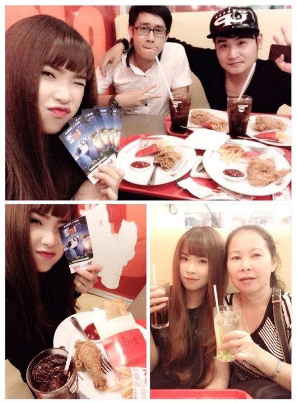 Khởi My đã có bữa đi ăn cùng mẹ và những người bạn. Cô thích thú khoe món quà mà mình nhận được một cách bất ngờ.