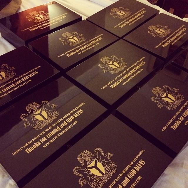 Hộp quà đặc biệt này cũng được làm rất tinh tế với lời cầu chúc cho những vị khách tham dự