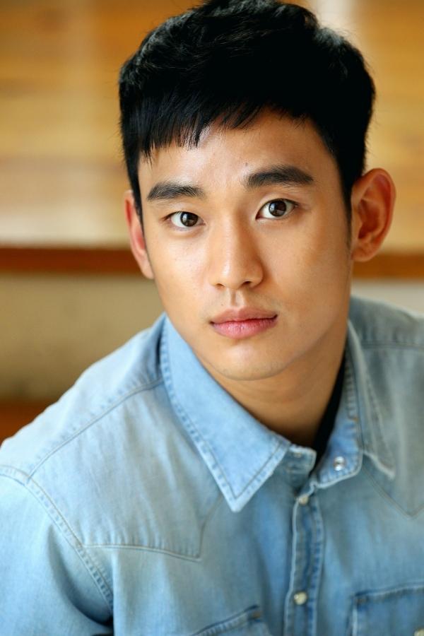 Dù không sở hữu từng nét đẹp hoàn hảo nhưng khuôn mặt Kim Soo Hyun rất hài hòa và tuấn tú
