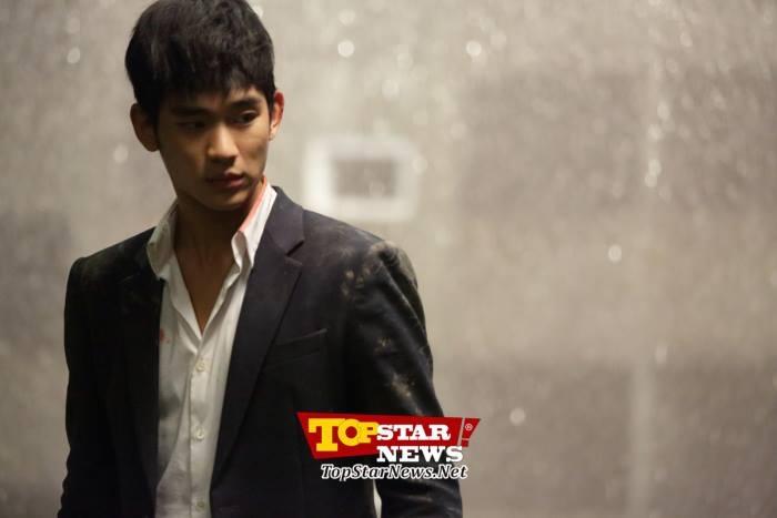Kim Soo Hyun cực quyến rũ trong mưa
