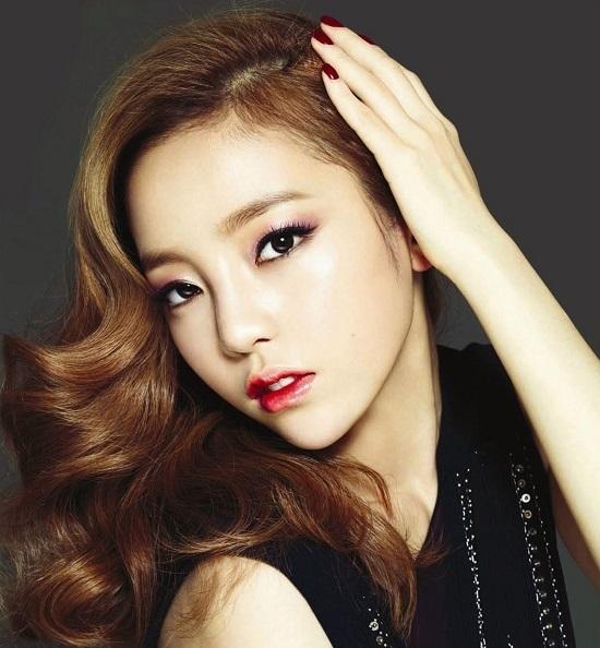 Theo đánh giá của giám đốc viện phẫu thuật chỉnh hình Won Jin, Hara có khuôn mặt hình khối trong khi cằm mềm mại, mảnh mai và đạt gần đến độ chuẩn của tỉ lệ 1:1:0,8 (hình V-line).