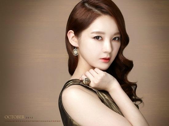 """Kang Min Kyung có đôi mắt to tròn rất tự nhiên, """"vừa quyến rũ, sexy lại vừa có nét ngoan hiền, nữ tính như mắt nai""""."""