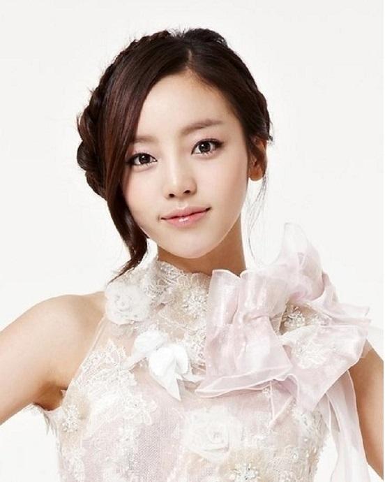 """Theo xếp hạng của những chuyên gia này, Hara chính là sao K-pop xinh đẹp nhất với hình dáng khuôn mặt đẹp """"miễn chê"""" và đôi môi quyến rũ."""