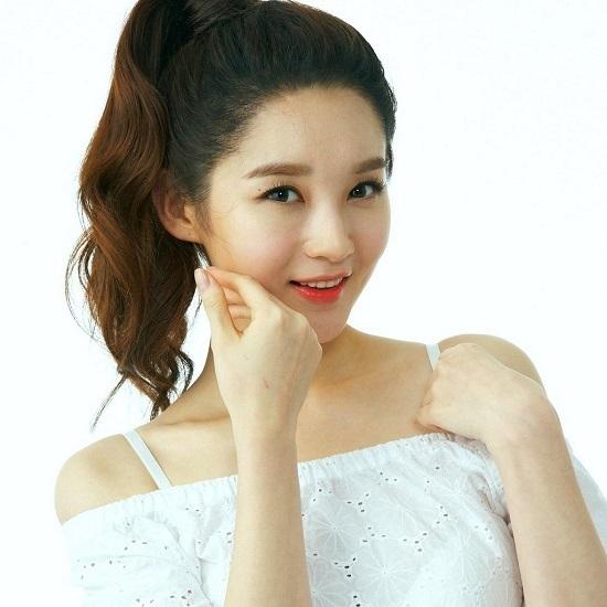 """Kang Min Kyung giành vị trí thứ 2 với đôi mắt đẹp """"hút hồn"""" và sống mũi thanh tú."""