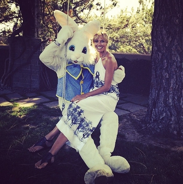Khác với Beyonce,Heidi Klum thích thú khi được ngồi vào lòng chú thỏ phục sinh.