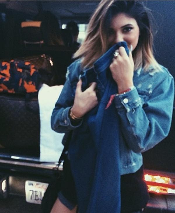 Kylie Jenner ngại ngùng dùng chiếc quần che mặt khi bị bắt gặp chụp hình.