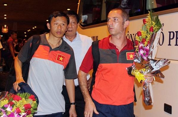 HLV Graechen (phải) và trợ lý Dương Minh Ninh nhận hoa chúc mừng của VFF. Đây là người thầy luôn sát cánh với các cầu thủ của học viện HAGL Arsenal JMG từ ngày thành lập.