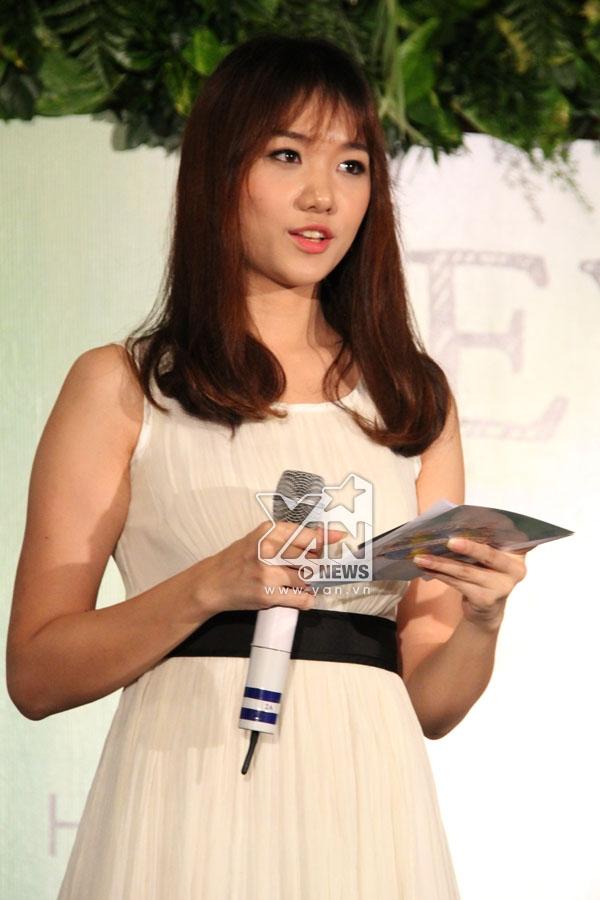 Hari Won giữ vai trò MC của buổi họp báo   Phan Anh