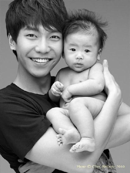 """Lee Seung Gi từng chia sẻ rằng: """"Tôi đang nghĩ đến việc muốn có nhiều hơn 3 đứa con. Mới đầu tôi nghĩ chỉ cần 2 là đủ. Tôi đã có một em gái và tôi ngày càng lớn rồi. Và tôi nghĩ rằng đông anh chị em sẽ tốt hơn. Gia đình mà có nhiều người sẽ hạnh phúc hơn""""."""
