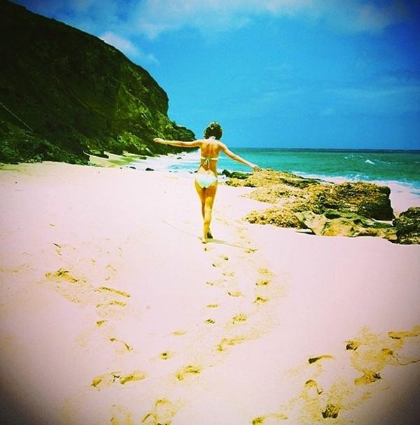 Taylor Swift với những bước chân dài trên cát. Cô tận hưởng khoảnh khắc được dạo chơi trên biển.