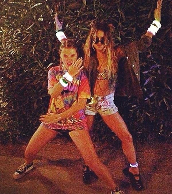 Vanessa Hudgens cùng bạn thân của mình hoá trang thành ninja hippie.