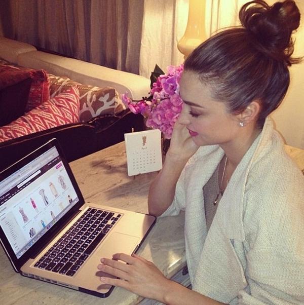 Miranda Kerr bận rộn với việc mua sắm qua mạng.