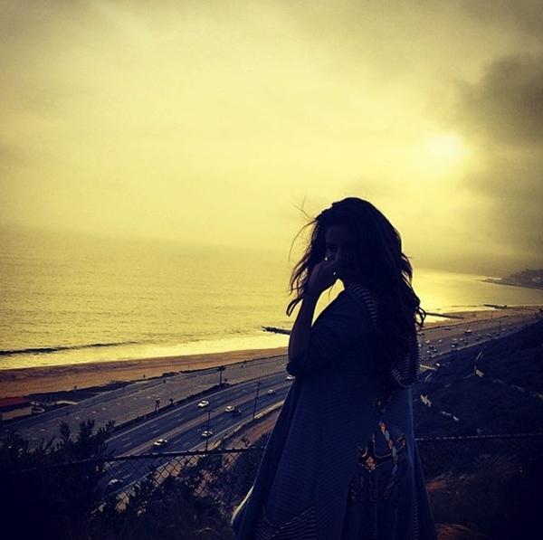 Selena Gomez tận hưởng bầu không khí của bờ biển lúc chiều tà. Không gian mơ hồ khiến cho Selena lọt thỏm giữa khoảng không.