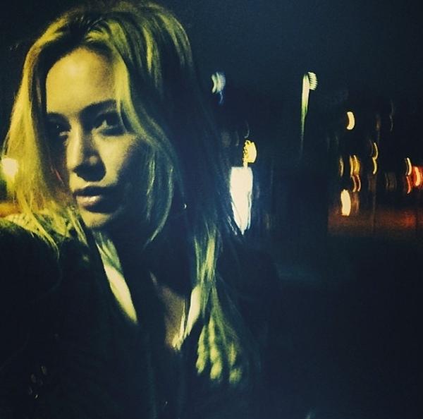 Hilary Duff cảm thấy ủ rũ trong bóng tối của đêm.
