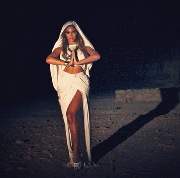 """Beyonce với trang phục phù """"bảo vệ"""" cô trong cái thời tiết của sa mạc"""