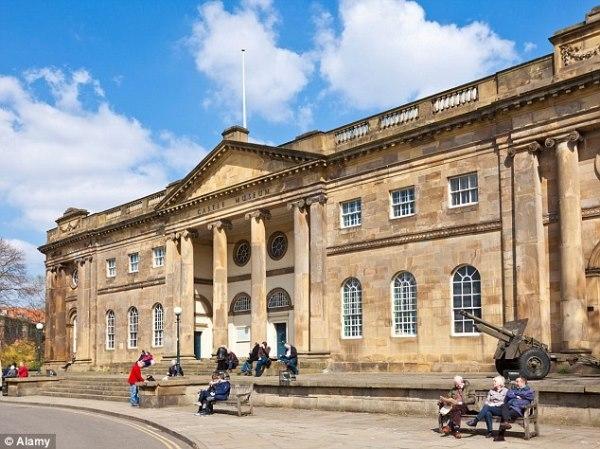 Bảo tàng Lâu đài tại Yorkshire nơi vợ chồng Johnvà Shona đến thăm quan